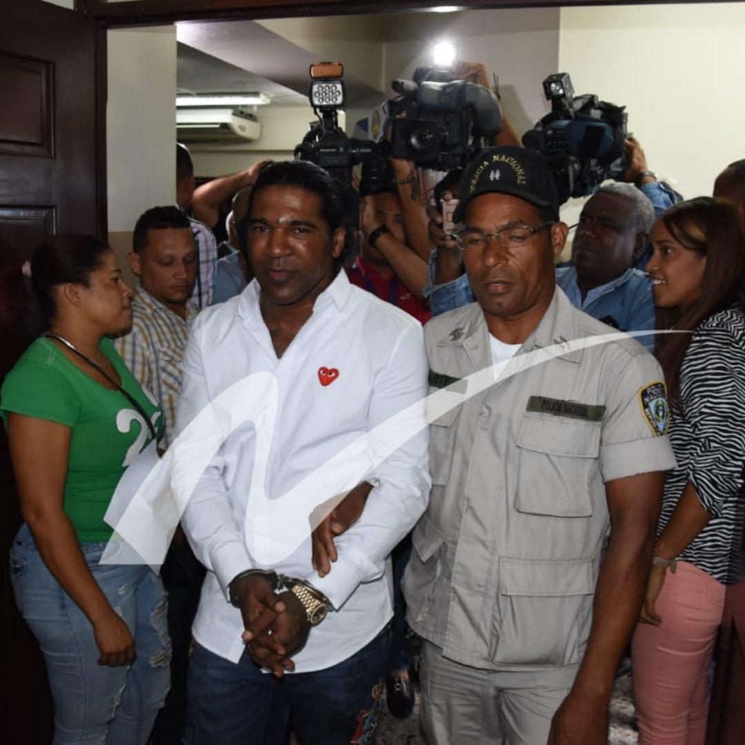 Omega al momento de llegar al tribunal. Foto Franklin Guerrero