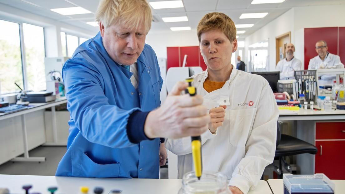 Primer ministro de Reino Unido durante tour a laboratorio Bedfordshire