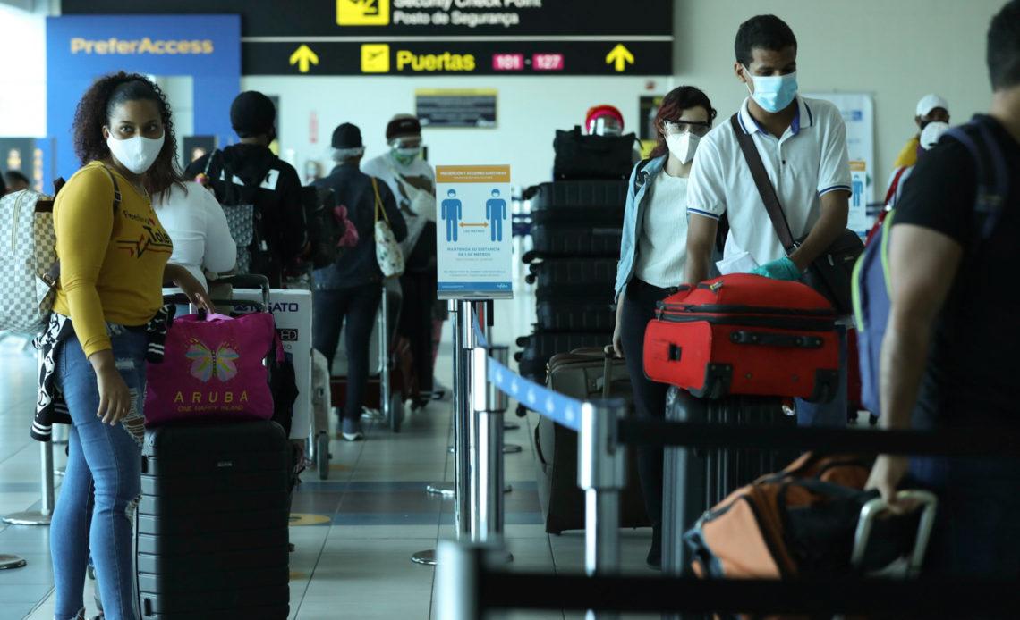 Decenas de dominicanos regresan al país en tercer vuelo humanitario de la embajada dominicana en Panamá