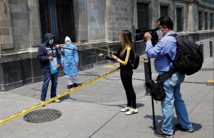 Periodistas entrevistando