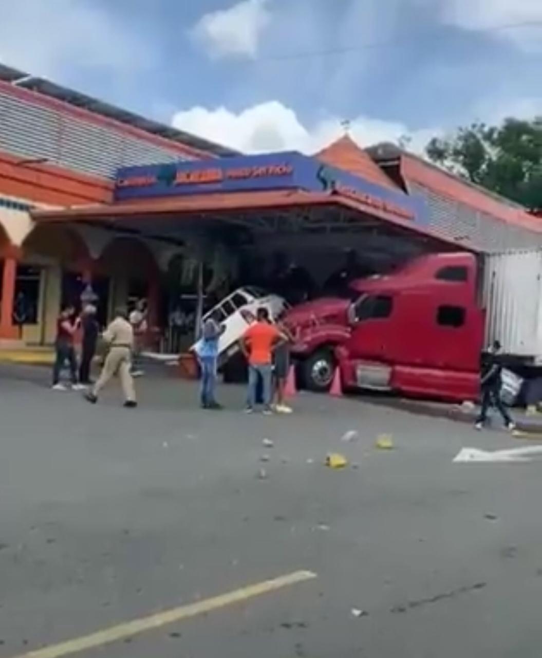 Patana pierde el control y se estrella en la Plaza Jacaranda ...