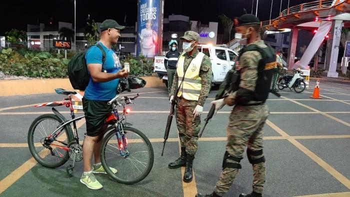 Policía Nacional obliga a usar mascarillas durante toque de queda
