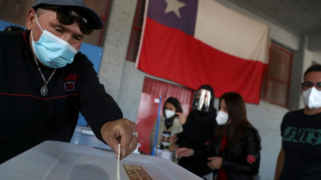 Hombre votando en plebiscito de Chile