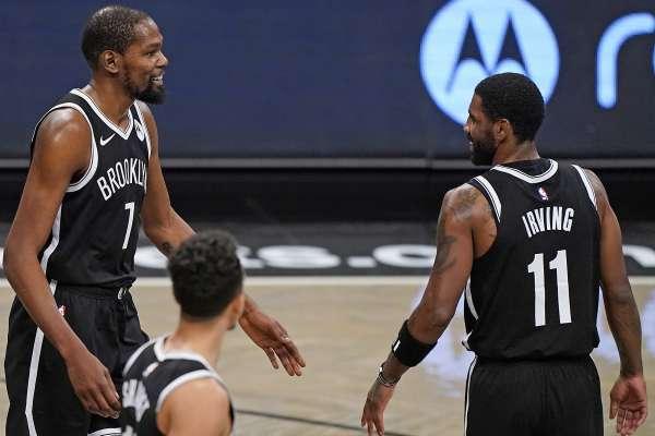 Kevin Durant y Kyre Irving en jugo de Brooklyn