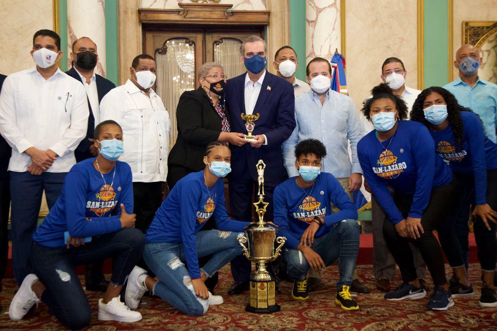 Abinader recibe a campeones del baloncesto del DN