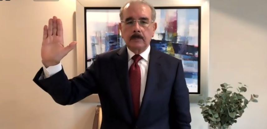 Danilo Medina juramentándose en el Parlacen