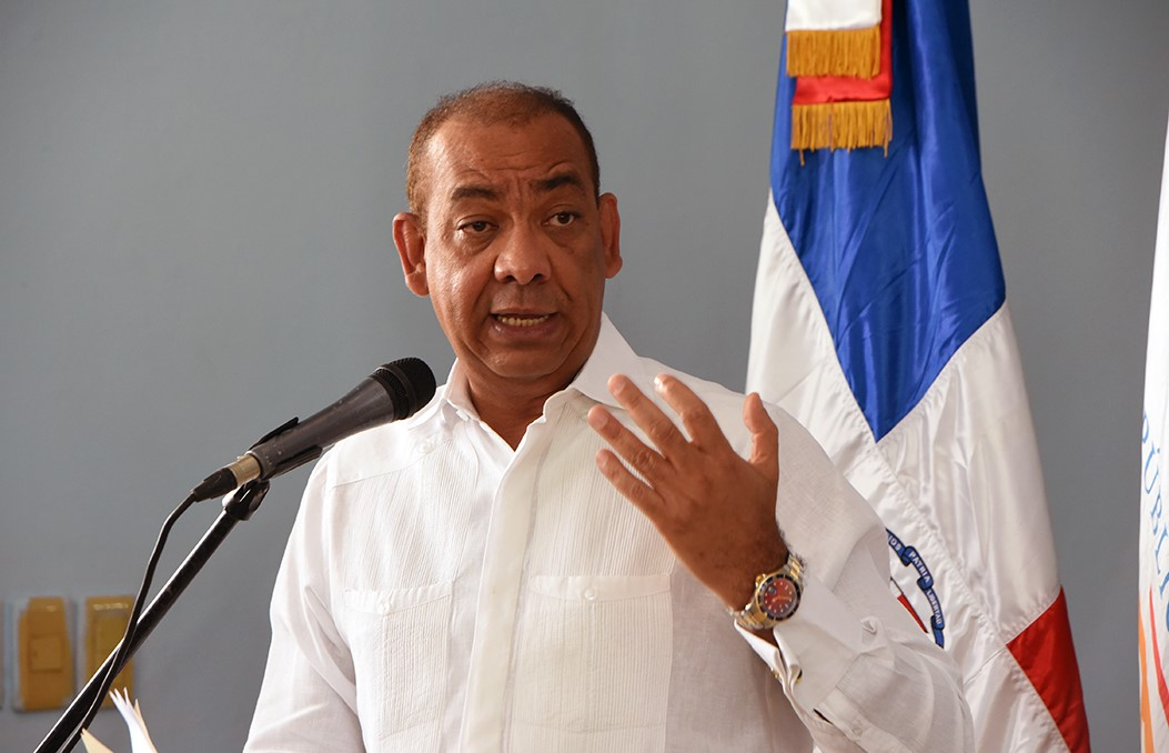 Deligne Ascención, ministro de Obras Públicas