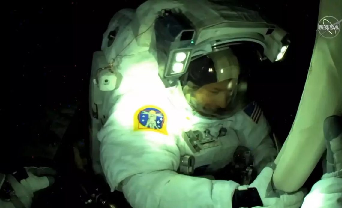 Dos astronautas de la ISS realizan caminata espacial