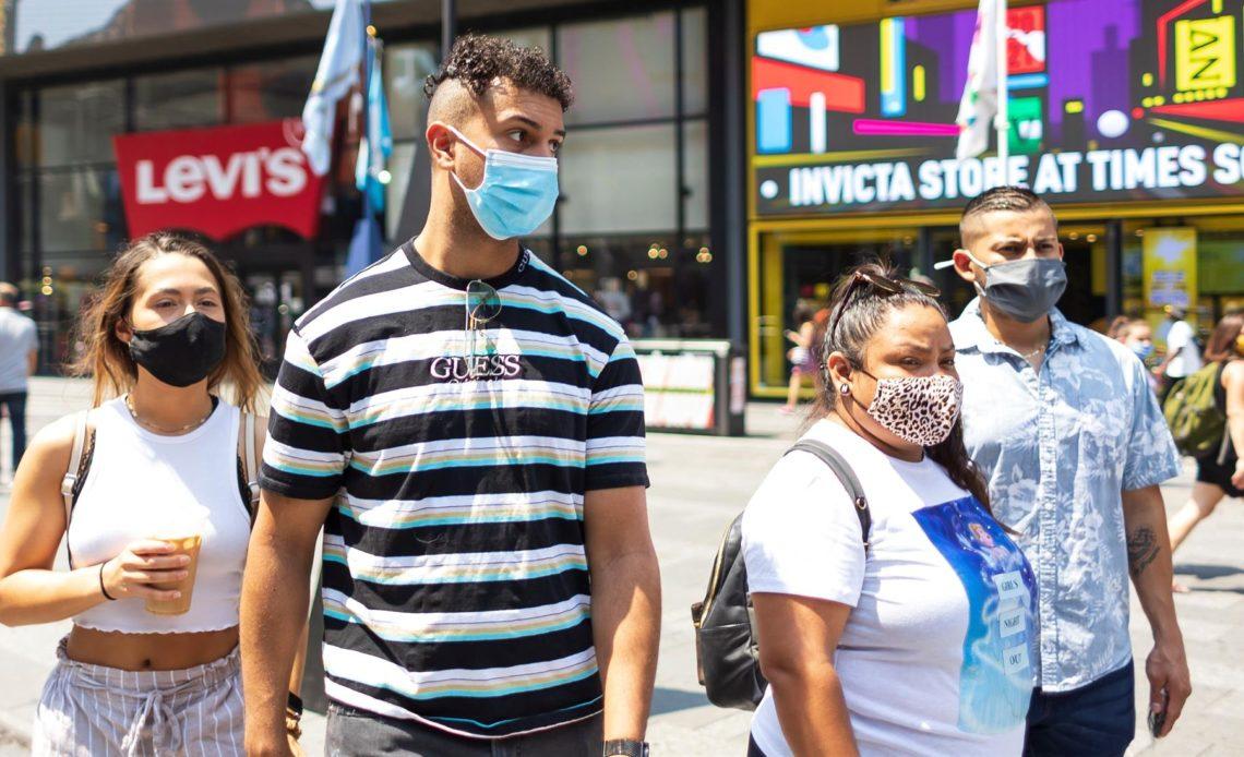 EE.UU. pide a los vacunados llevar mascarilla en interiores en casi todo el país