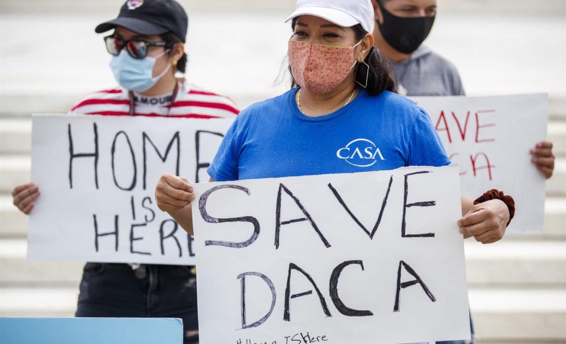 Un juez de Texas falla contra el beneficio migratorio DACA y prohíbe más permisos