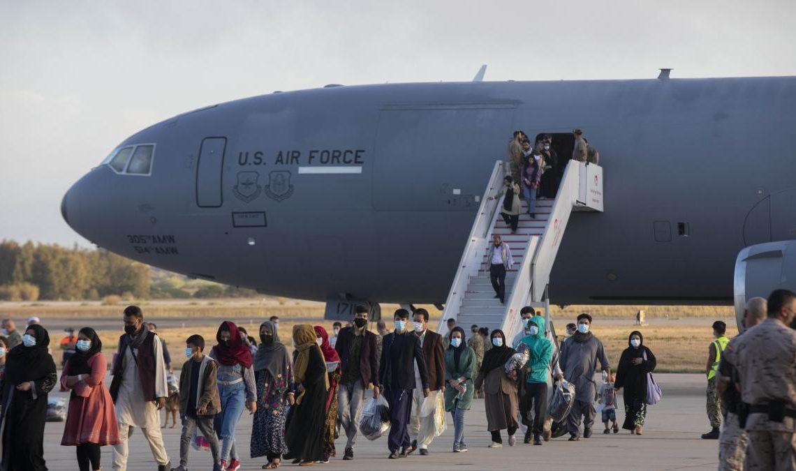 Estados Unidos planea pagar más de 2,000 dólares a cada refugiado afgano