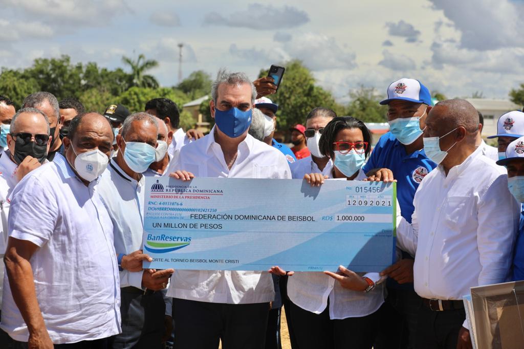 Abinader dispone de 1 millón de pesos para arreglo de canchas deportivas en Montecristi